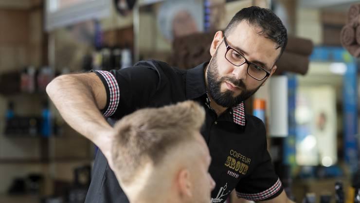 Adnan Alzahab ist Syrer und arbeitet seit einem Monat als Coiffeur an der Aarauerstrasse.