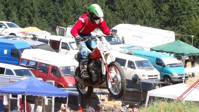 Mit Schwung über den Zielsprung beim Benefiz-Motocross Fricktal in Hornussen, im Hintergrund das Fahrerlager. – Foto: chr