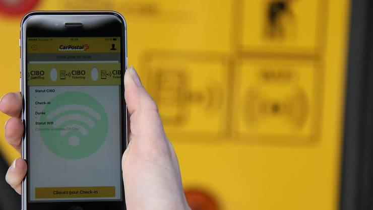 Die Fahrgäste nutzen beim elektronischen Ticket-System von Postauto Schweiz ihr Smartphone und erhalten immer den günstigsten Preis für die zurückgelegten Fahrten.