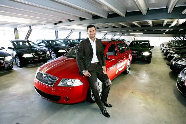 Tobias Rentsch posiert mit Auto.