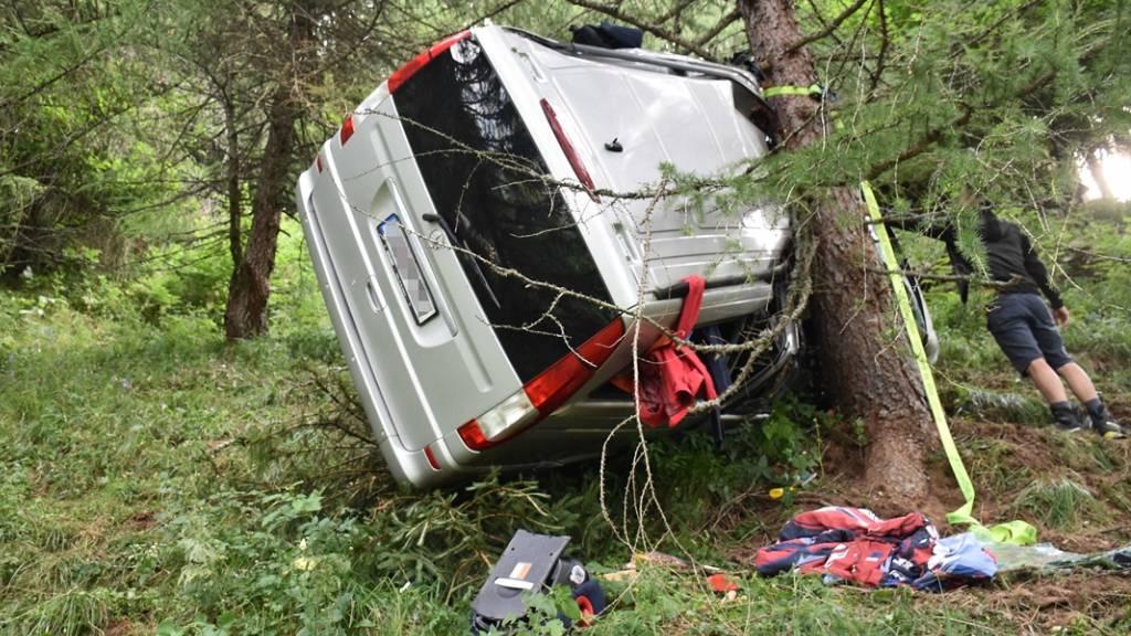 Bus überschlägt sich – fünf Kinder bleiben unverletzt