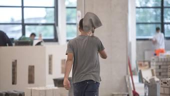 16 von 21 Lernenden schlossen dieses Jahr im Kanton Solothurn eine Lehre in der Baubranche ab. 3 Kandidaten müssen krankheits- oder unfallbedingt zur Nachprüfung antreten, 2 fielen durch. (Archivbild)