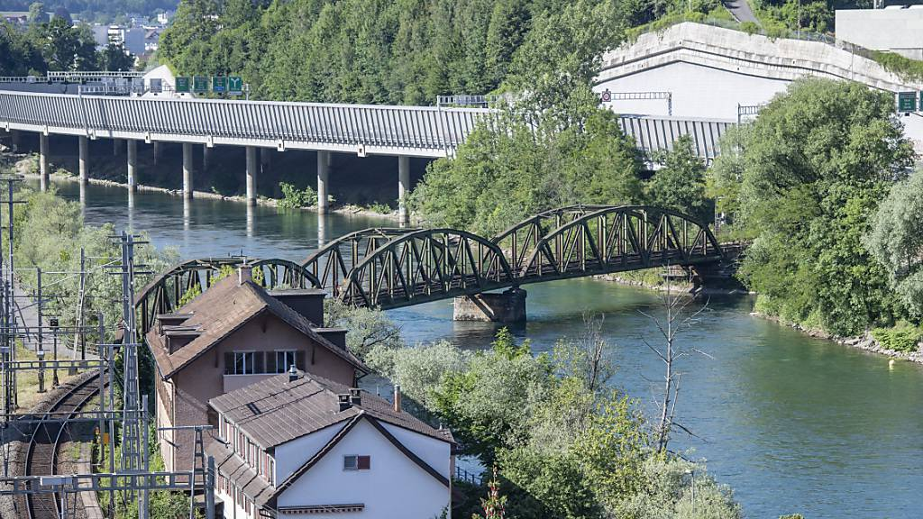 Die vorberatende Kantonsratskommission pocht darauf, eine Brücke im Fluhmühlequartier in Luzern zu prüfen. (Archivbild)