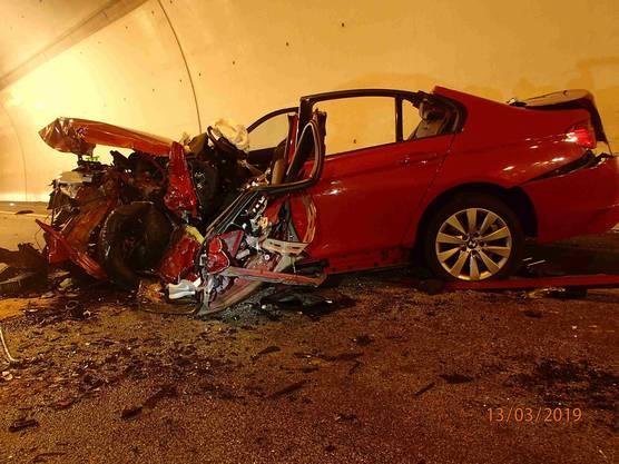 Die BMW-Fahrerin musste von der Feuerwehr mit grossem Aufwand geborgen werden. Die Frau wurde mit Verdacht auf mittelschwere Verletzung vom AAA-Rettungshelikopter ins Spital geflogen.