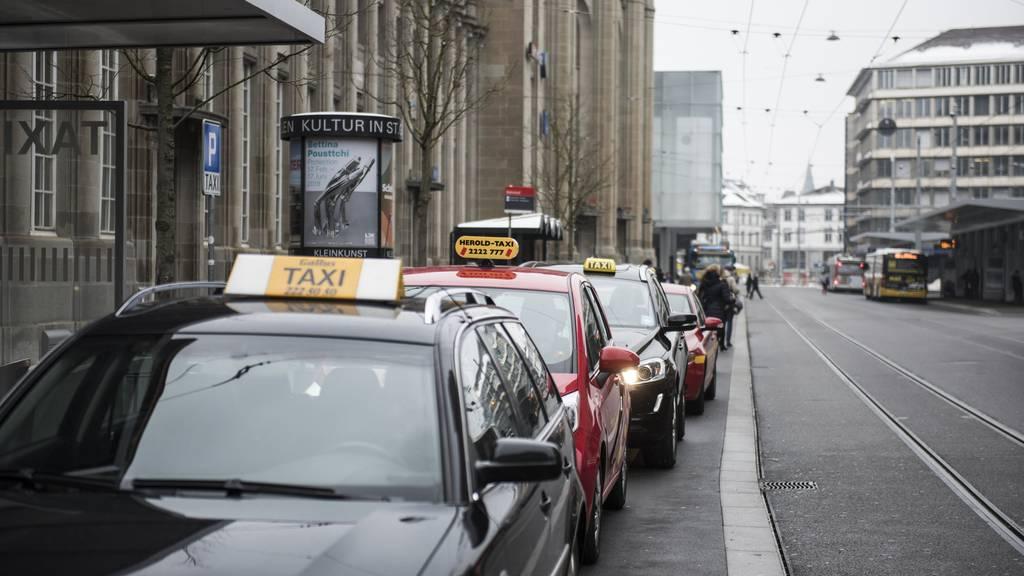Wenn ein Taxi bestellt wird, darf der Fahrer die Anfahrtskosten verrechnen.