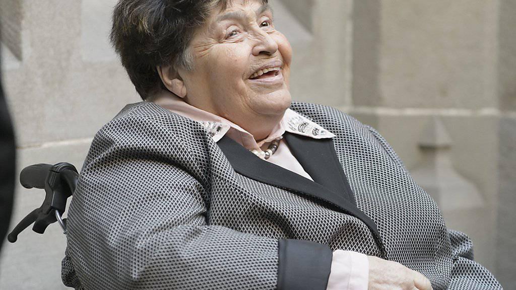 Romy, die Witwe von Jörg Schneider - hier bei dessen Abdankung 2015 - beklagt sich, dass sich ihre Verwandten nicht mehr bei ihr melden. (Archivbild)