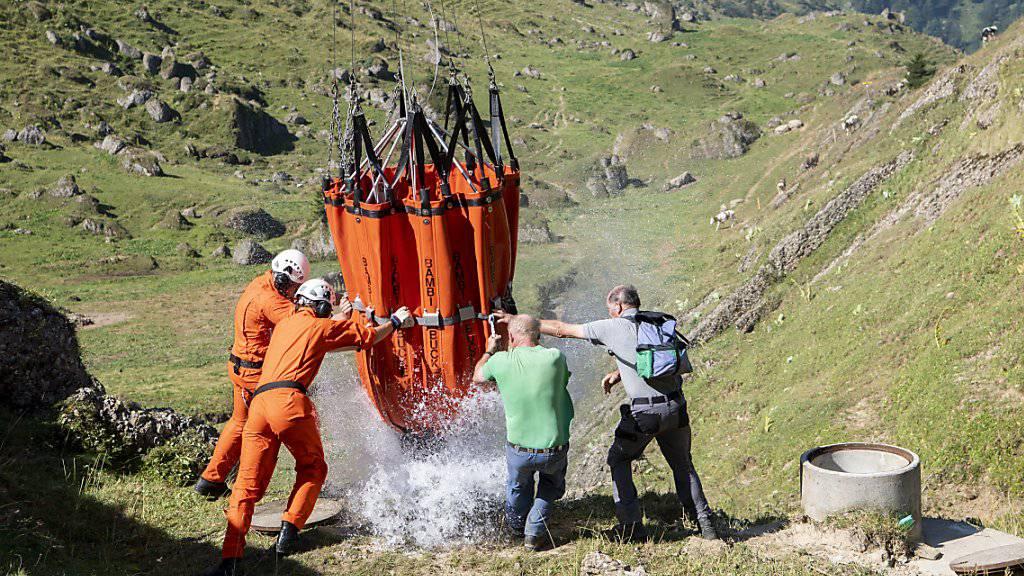 Wasserlieferung der Armee für die Kühe auf der Alp Oberbätruns bei Schänis. Nach den Niederschlägen der letzten Tage konnte die Hilfsaktion eingestellt werden.