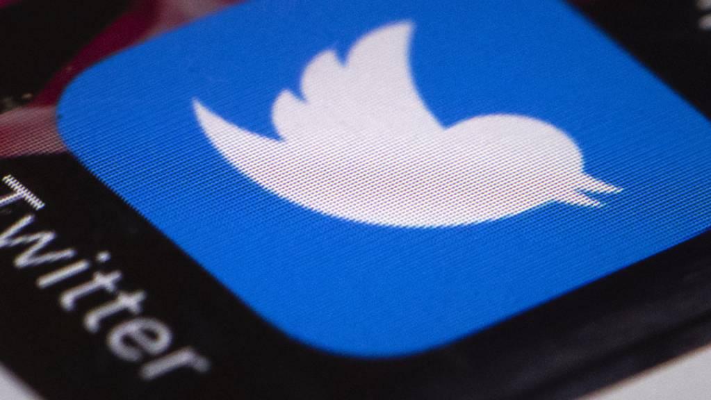 Die Twitter-App wird auf einem Smartphone dargestellt.
