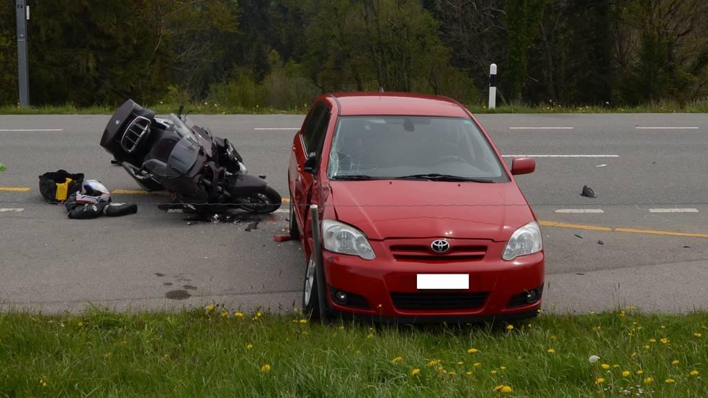 Der Töfffahrer und seine Begleiterin wurden beim Unfall unbestimmt verletzt.