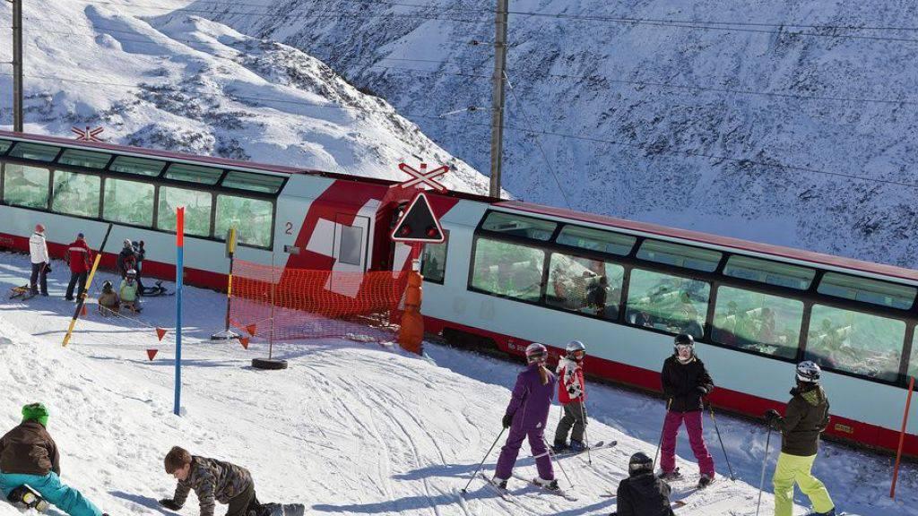 Der Glacier-Express - hier in Andermatt - kann wegen des vielen Schnees nicht mehr nach Graubünden fahren. (Archivbild)