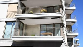 Um diese Balkone geht es: Wegen den Abständen zwischen den Gitterstäben wollte das Ehepaar eine Plexiglas-Scheibe anbringen.