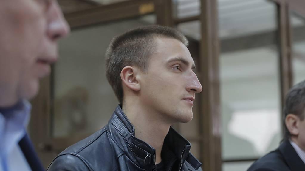 Der russische Schauspieler Pawel Ustinow vor der Verhandlung über seinen Freispruch in einem Gericht in Moskau.