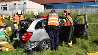 Die beiden Fahrzeuginsassen mussten durch die aufgebotene Feuerwehr aus dem Auto befreit und danach mit der Ambulanz ins Spital gebracht werden.