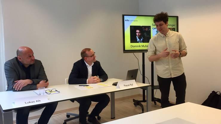 Poetry-Slammer Dominik Muheim erklärt, was er in seinem Kinderkurs bei Educampus vorhat. Die beiden Educampus-Vorstandsmitglieder Lukas Alt und Pascal Ryf hören es gerne.