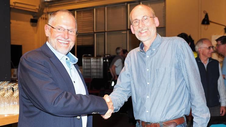 Handschlag auf den erreichten Deal: SAC-Sektionspräsident Heinz Frei (links) und Faro-Co-Geschäftsführer Dani Hohler.