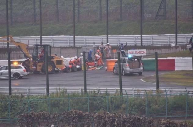 Die Rettungskräfte sind umgehend bei Unfallfahrer Jules Bianchi.