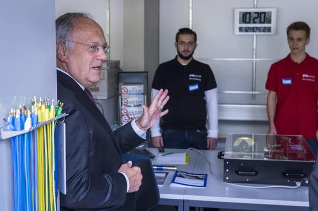 Bundesrat Johann Schneider-Ammann, links, bedankt sich bei den Lehrlingen Anastassios Martakos, Mitte, und Noah Kaehlin, rechts, der ETH Zuerich Berufsbildung