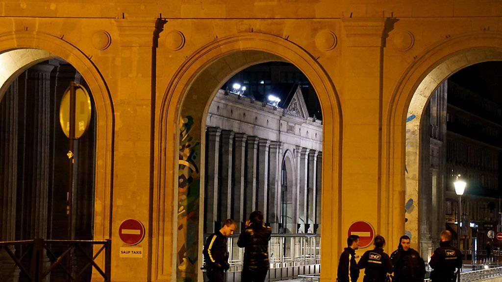 Die Polizei hat am Pariser Gare du Nord einen Grosseinsatz durchgeführt und drei Verdächtige gesucht.