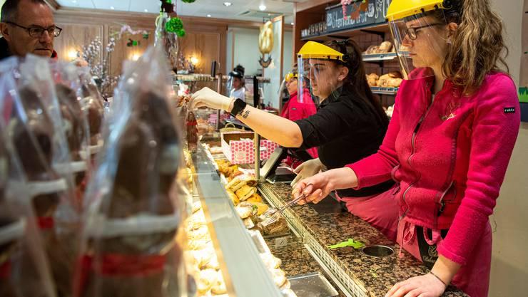 In der Berner Traditionsbäckerei Bohnenblust trägt das Personal einen besonderen Schutz.