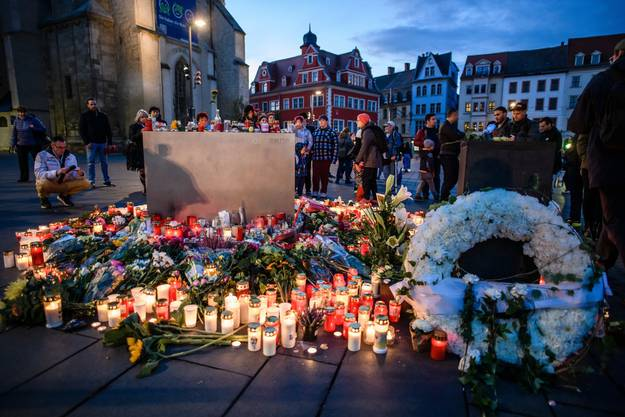 Die Menschen Gedenken der Opfer.