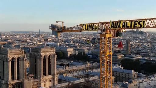 Umweltaktivisten klettern auf Kran an Notre-Dame-Baustelle