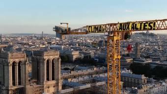 Greenpeace-Aktivisten klettern auf Kran an Notre-Dame-Baustelle