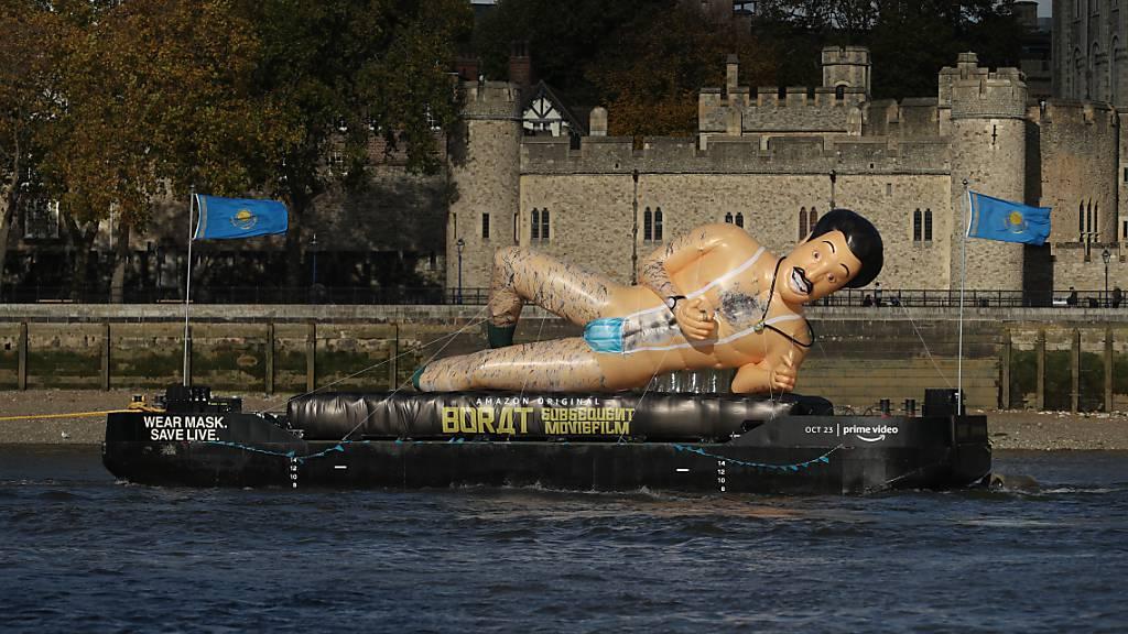 Riesiger «Borat» schippert in London halbnackt auf der Themse