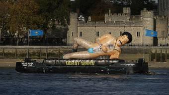 Ein Schlauchboot in Form des fiktiven Nachrichtenreporters Borat schwimmt auf der Themse. 14 Jahre nach der Kult-Satire «Borat» (2006) kehrt der britische Komiker Sacha Baron Cohen in der Rolle als dummdreister kasachischer TV-Reporter Ende Oktober 2020 zurück. Foto: Yui Mok/PA Wire/dpa