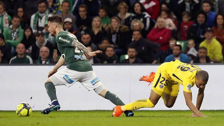 Hier der Sieger, am Ende der Pechvogel: Saint-Etiennes Mathieu Debuchy (li.) unterlief in der Nachspielzeit ein Eigentor