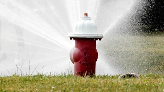 Einen Hydranten ohne Fachwissen zu bedienen, kann schwere Folgen haben.