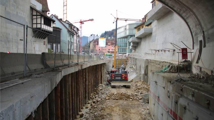Blick aus dem Schlossbergtunnel Richtung Schulhausplatz, unten: Die Hälfte der Tunnelgarage, die zum Bustunnel wird. -rr-