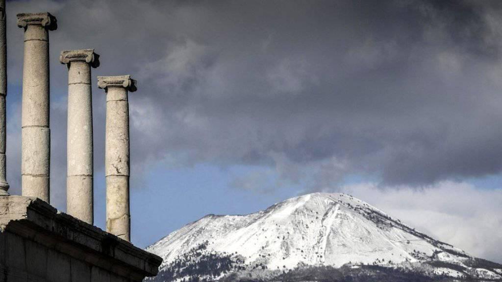Der schneebedeckte Vulkan Vesuv bei Neapel am Freitag.