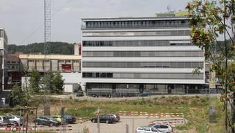 Der Unfall ereignete sich im Treppenhaus auf der Rückseite im Gebäude 4 auf dem Areal der Fachhochschule Nordwestschweiz in Brugg-Windisch.