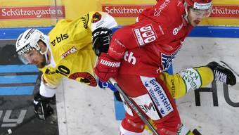 Packender Fight zwischen dem Laker Nico Dünne (rechts) und Berns Tristan Scherwey