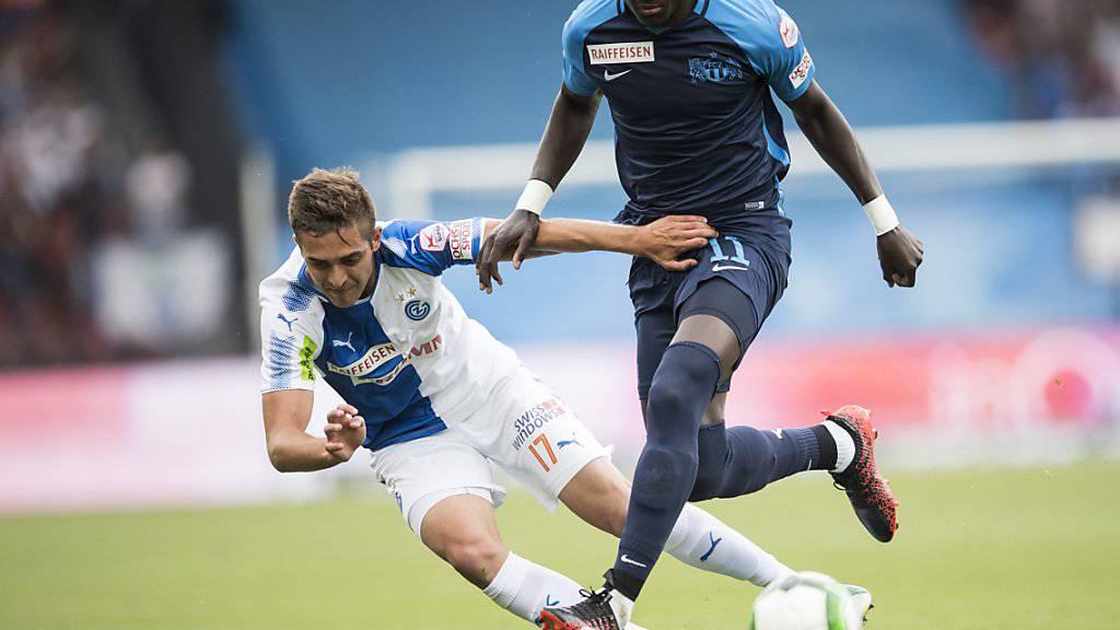Nicht nur in dieser Szene behielt Raphael Dwamena (rechts) gegen seine Gegenspieler von den Grasshoppers die Oberhand. Mit seinen zwei Treffern im Derby schoss der Ghanaer sein Team zum 2:0-Sieg