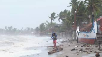 dpatopbilder - «Goni» kommt: Starke Wellen an einer Küste der östlichen Philippinen. Foto: Uncredited/AP/dpa