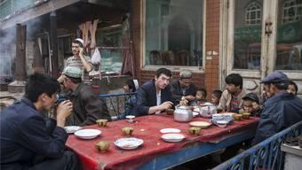 Szene in einem Restaurant in Kashgar. Mit fremden Journalisten möchten die Leute am liebsten nichts zu tun haben und schon gar nicht reden.Eugenio Grosso/Redux/laif