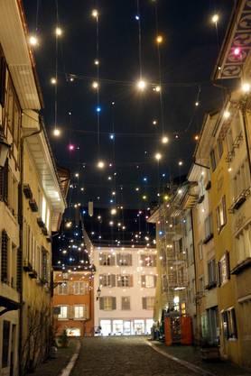 Schöner Blick auf das 'Badener Lichtkunstwerk' in der Kronengasse