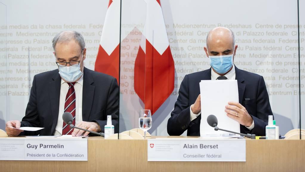 Bundespräsident Guy Parmelin und Bundesrat Alain Berset an der Medienkonferenz vom 13. Januar 2021.