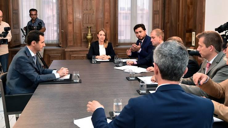 Syriens Diktator Assad beim Interview mit den russischen Journalisten.