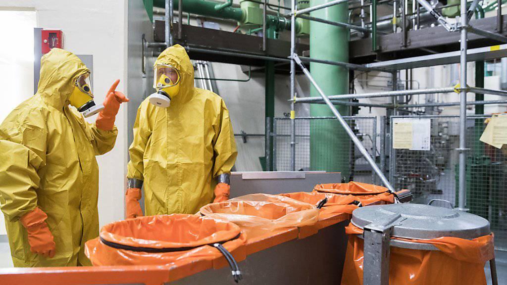 Zur Jahresrevision gehört auch, dass Angestellte in Schutzanzügen Bestandteile des Reaktors untersuchen und warten.