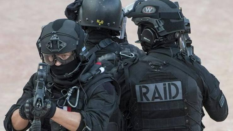 Polizisten der Spezialeinheit Raid umstellen das archäologische Museum in der südfranzösischen Kleinstadt Sain-Raphaël, in dem sich mindestens ein Mann verschanzt hat. (Symbolbild)