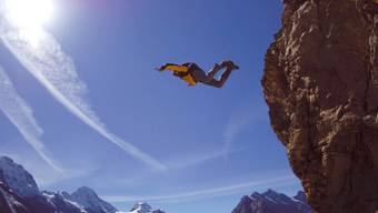 Base-Jumping gehört zu den sogenannten Wagnis-Sportarten. Bei einem Unfall können die Versicherungsleistungen um mindestens die Hälfte gekürzt werden.
