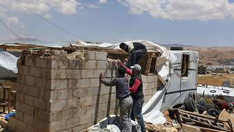 """Die libanesische Regierung hat syrischen Flüchtlingen eine Frist bis zum 1. Juli gesetzt, um alle """"illegal"""" errichteten Stein- und Betongebäude abzureissen. Erlaubt sind fortan nur noch Unterkünfte aus Planen, Plastik und Holz. (Archivbild)"""