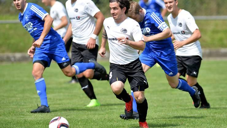 Altay Kahraman (am Ball) und der FC Oensigen führen die Tabelle an.
