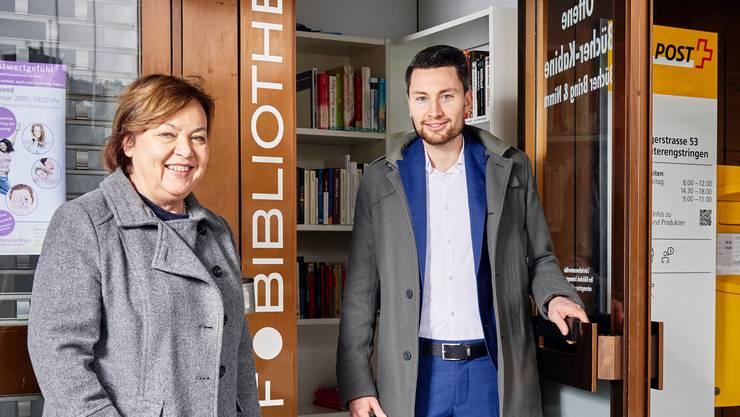 Bibliotheksleiterin Karin Baeriswyl und Gemeindeschreiber Pascal Brun freuen sich über das neue Leseangebot.
