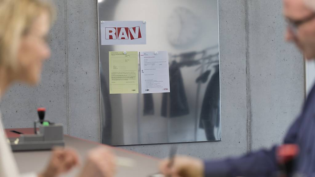 Beratung beim Arbeitsamt: Ende August waren knapp 100'000 Menschen bei den Regionalen Arbeitsvermittlungszentren (RAV) als arbeitslos eingeschrieben. (Archivbild)