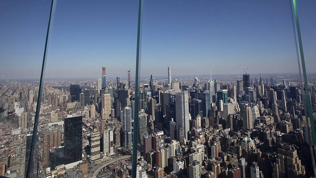 Dicke Glasscheiben begrenzen die Outdoor-Aussichtsplattform «The Edge» im Stadtviertel «Hudson Yards» in New York.