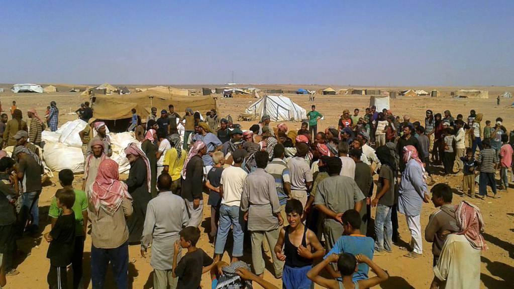 Hungernde als Spielball der Macht: Menschen bei einer Lebensmittelverteilung in einem Flüchtlingslager an der syrisch-jordanischen Grenze. (Archivbild)