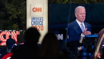Zuschauer verfolgen den TV-Auftritt von Biden aus ihren Autos.